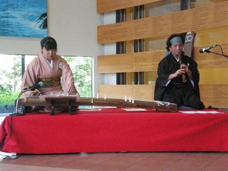 誕生千年を迎えた「源氏物語」の世界を、尺八と琴の音楽にのせて紹介するコンサートが開かれた。