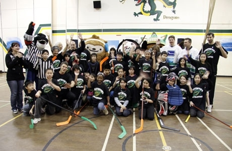 2010年バンクーバー五輪開催まであと365日。市内の小学生と市長が一緒にフロアホッケーを楽しんだ。撮影:Shugo Takemi