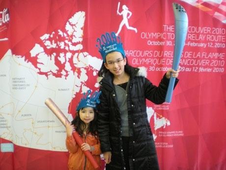 リッチモンド「Winterfest Weekend」会場で、トリノ五輪・北京五輪で使用されたトーチを手に笑顔を見せる子どもたち。