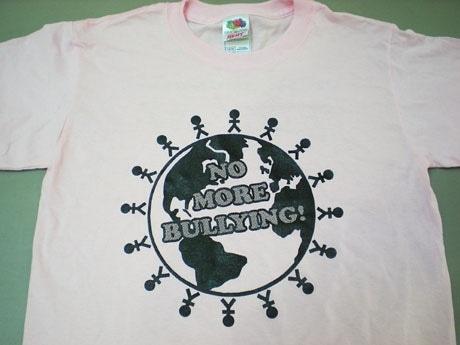 「ピンクのシャツを着ていじめに反対しよう」。25日はBC州全土で「いじめ防止デー」