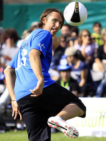 無料チャリティーサッカーイベントで見事にボールを操るNBAのスティーブ・ナッシュ選手。写真撮影:竹見脩吾
