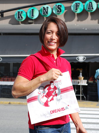 KIN'S FARM MARKET前で、特製エコバッグを肩にしてポーズを取る、リッチモンド出身のスノーボード選手Alexa Looさん。