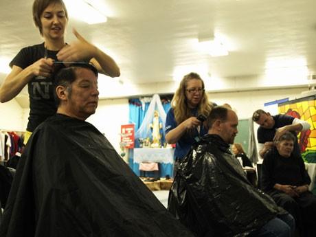 ホームレス支援活動「Homelessness Action Week」で散髪サービスも。