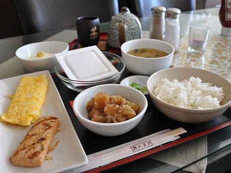 納豆か豆腐のどちらか一品と焼き魚、みそ汁、の日本風朝食メニュー。(6.95カナダドル)