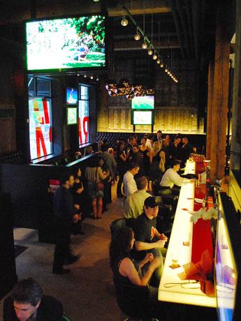 バンクーバーのスポーツバー「Red Card Sports Bar + Eatery」では、6月のW杯に向けて営業時間や提供するメニューを変更、サッカー関連イベントの開催も。