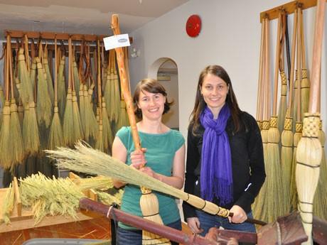 ほうき専門店「Granville Island Broom Co. 」オーナーのMary Schwieger さん(右)とSarah Schwiegerさん(左)。
