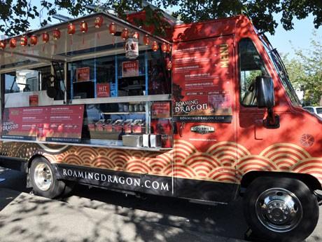 バンクーバーで7月下旬に開業したパン・アジア料理のフードトラック「Roaming Dragon」が真っ赤な車体とグルメ・ストリートフードで話題となっている。
