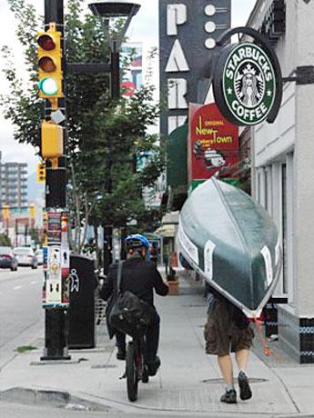 バンクーバーで8月27日、「クレージーな方法で通勤する日」が実施された。