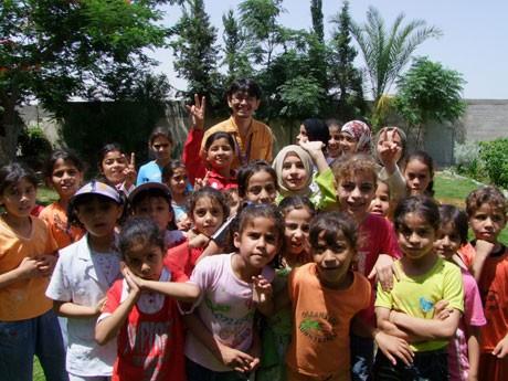パレスチナの子どもたちと桑山紀彦さん。