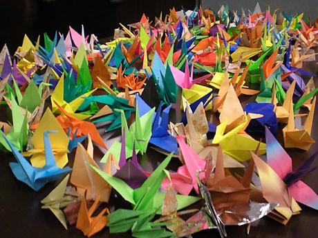 「がんばれ日本!」チャリティーコンサートのため、地元コミュニティーが力を合わせて折り鶴1万4,000羽を作り上げた
