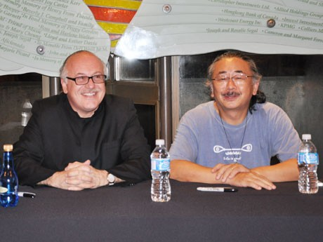作曲家の植松伸夫さん(右)と指揮者のArnie Rothさん