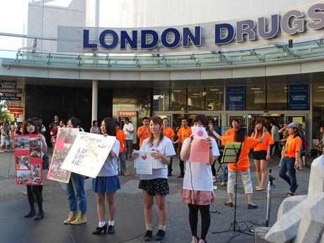 東北学院大生らがバンクーバーで東日本大震災の復興支援のために街頭募金活動行った