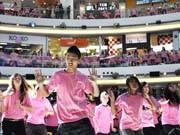 リッチモンドで小学生ら500人以上がフラッシュモブ-「ピンクシャツ・デー」認知狙う