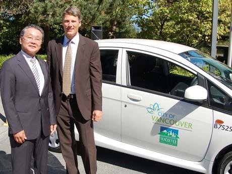 バンクーバー市の公用車として追加購入された三菱の電気自動車「アイ・ミーブ」。(写真左から:カナダ三菱自動車の藤岡眞社長とGregor Robertsonバンクーバー市長)