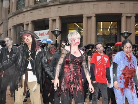 ゾンビたちが一斉に「スリラー」を踊るフラッシュモブが開催され約100人のゾンビが集結した