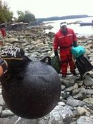 バンクーバーの学生ボランティアら、津波がれき清掃-無人島でも
