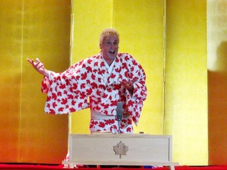 メイプルリーフ柄の着物で公演する桂三輝(カツラ・サンシャイン)さん