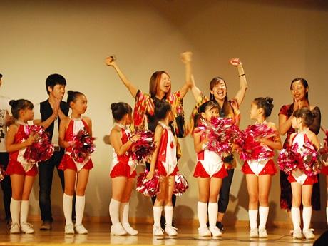タレントショーではMomoko ShimadaさんとAkiko Ozakiさんが初代Nikkeiアイドルに輝いた