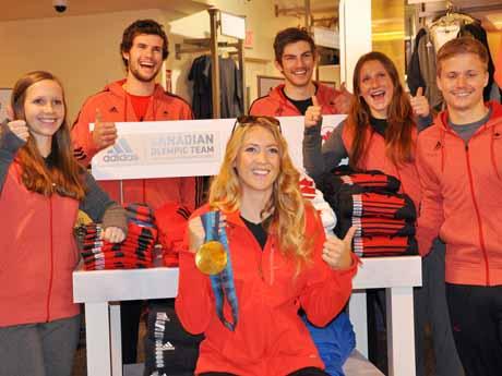 「カナディアン・オリンピックチーム・ハイパフォーマンス・コレクション」を着用する五輪金メダリストAshleigh McIvorさん(中央)とUBCスキーチーム
