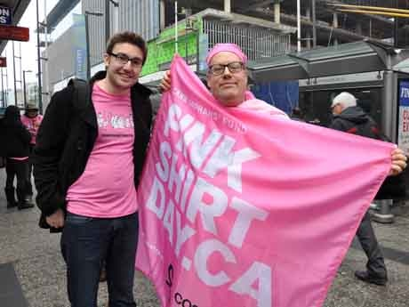 いじめ撲滅を目指す「ピンクシャツデー」啓発イベントが開催され、発案者のTravis Priceさん(左)らが「いじめ反対」のメッセージを届けた