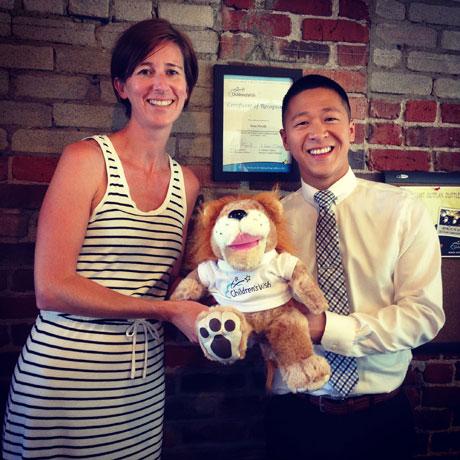 Children's Wish FOundation of BC & Yukonのディレクター、Jennifer Petersenさん(左)と Sam Sung さん(右)