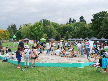 スタンレーパーク内に1日限定で設営された「世界で一番大きな砂場」は、多くの家族連れでにぎわった