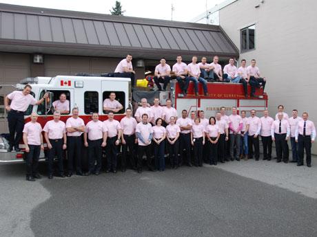 いじめ防止デー(2月25日)におそろいのピンク色のシャツを着て出動するサレーの消防隊員たち