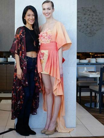 デザイナーのSharon Zhangさん(写真左)と最優秀作品に選ばれた「リサイクル・着物」