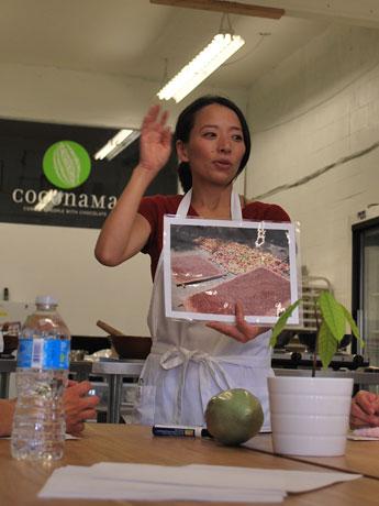 ワークショップの参加者たちにカカオ豆について説明する「Coconama Chocolate」の浜本香代子さん