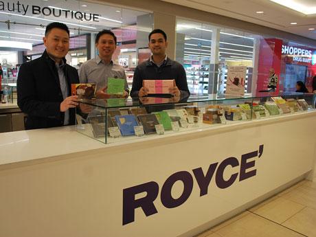 それぞれの「お薦め商品」を手にする「ROYCE'」カナダ1号店のスティーブさん、イアンさん、マルコさん(左から)
