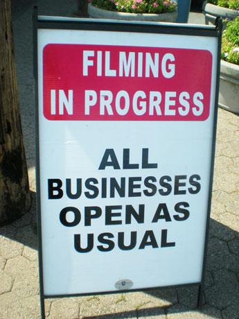 「撮影中も通常営業中」のサイン