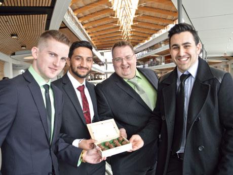 サイモン・フレーザー大学のビジネス起業アイデアコンペで注目を集めた「大麻入りチョコ」ビジネスの「Stolz」チームメンバー