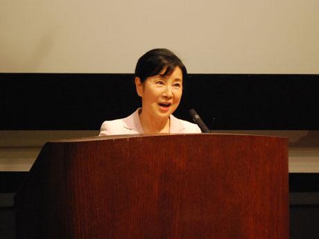 上映前に、英語でスピーチをする吉永小百合さん