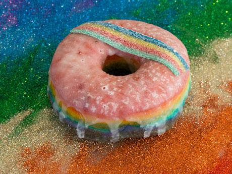 「プライド・パレード」で販売される虹色ドーナツ