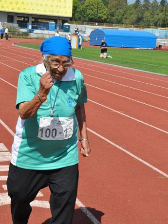100メートル走を完走するMan Kaurさん