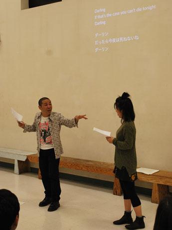観客も巻き込んで対話式のポエムを日英バイリンガルで演じる桑原滝弥さん