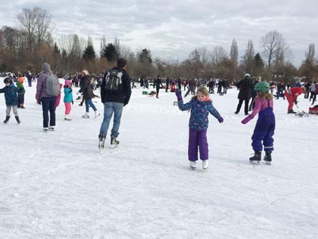バンクーバーに天然スケートリンク 20年ぶりの氷に市民が歓喜