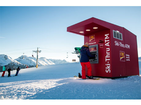 ウィスラーにカナダ初のスキースルーATM ポールやグローブ用ホルダーも