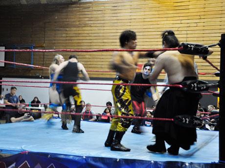 「道頓堀プロレス」と現地のレスラーたちとの試合の様子