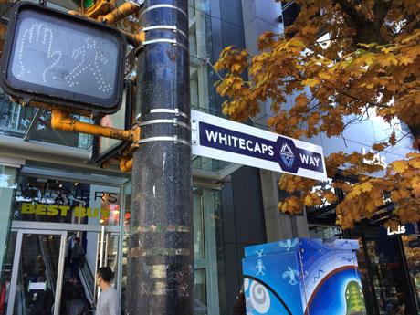 「ホワイトキャップス通り」に改名された目抜き通り