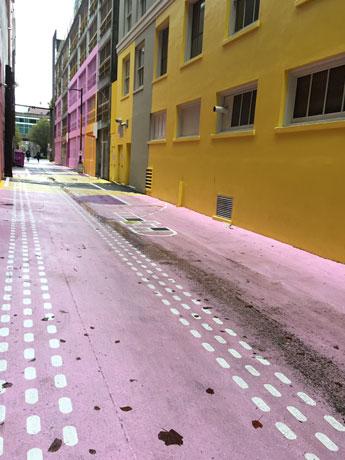 K-POPグループ「TWICE」のミュージックビデオが撮影された「ピンクの壁」があるダウンタウンの路地裏