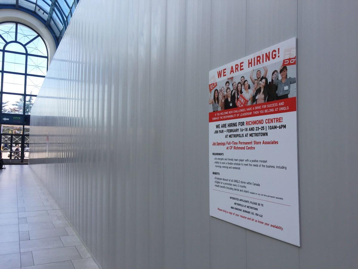 「リッチモンドセンター(CF Richmond Centre )」店舗前には従業員の募集広告が掲げられている
