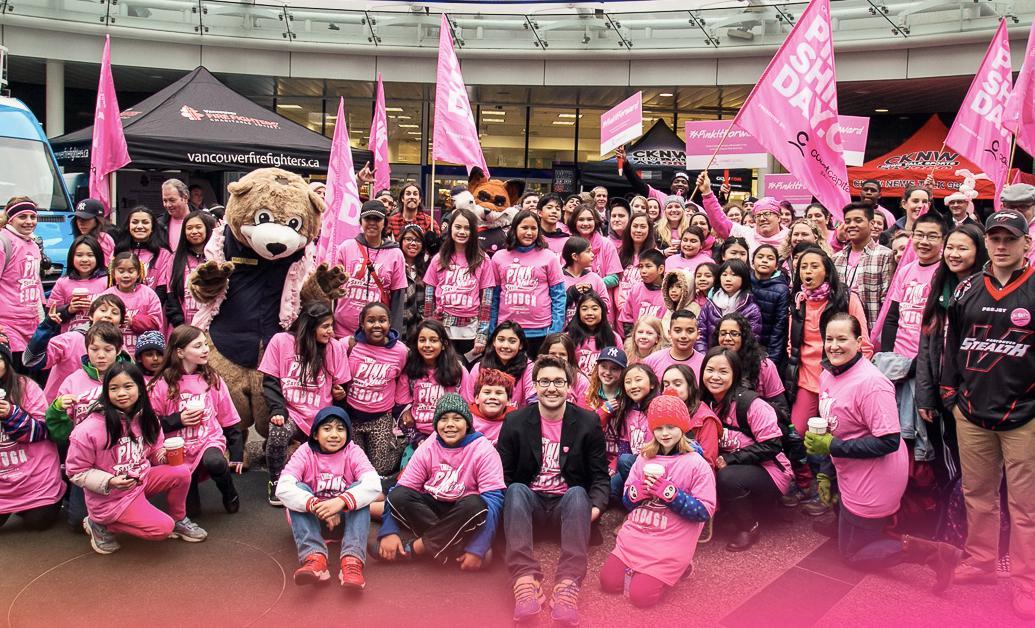 トラビス・プライスさん(最前列)とバンクーバーの子どもたち (写真提供=Pink Shirt Day)