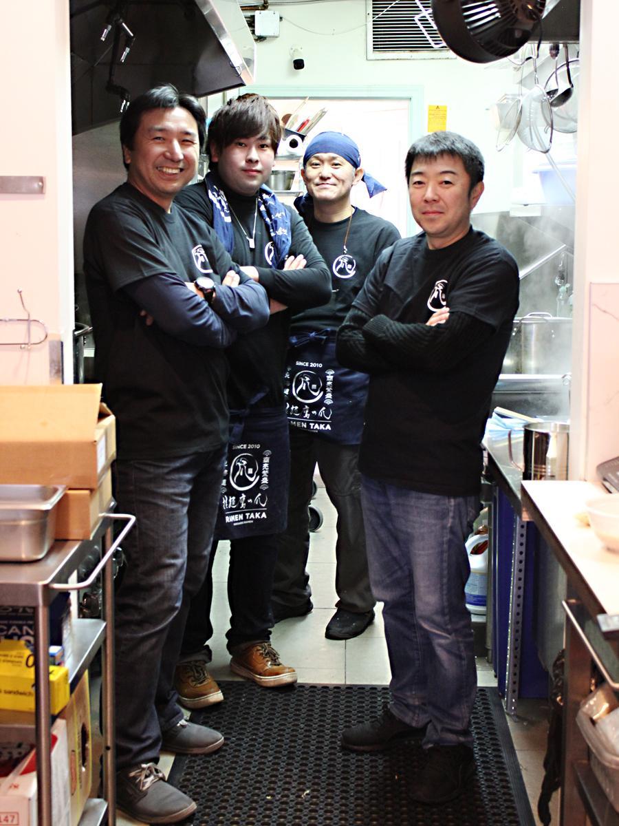 (左から)「鷹の爪バンクーバー」猪田社長、スタッフ、小畠店長と佐々木さん
