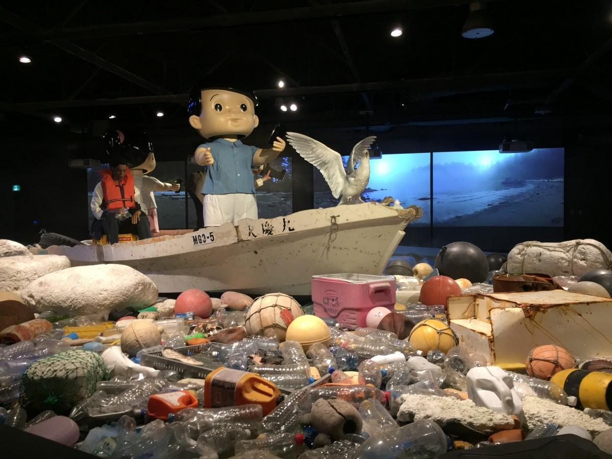 ごみの中に浮かぶ震災で流された日本のボート
