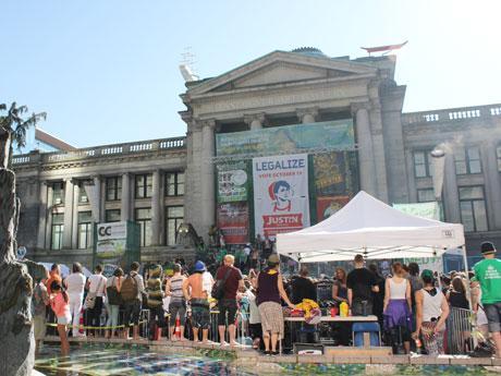 毎年4月20日には合法化を訴えるマリフアナデーが市内で開催されている