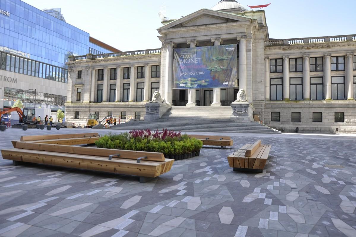 野外シネマ上映会場となるバンクーバー美術館北側広場