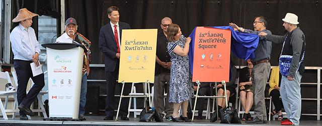 名称変更を発表するグレゴー・ロバートソン市長と先住民族の代表者ら(Photo=City of Vancouver)