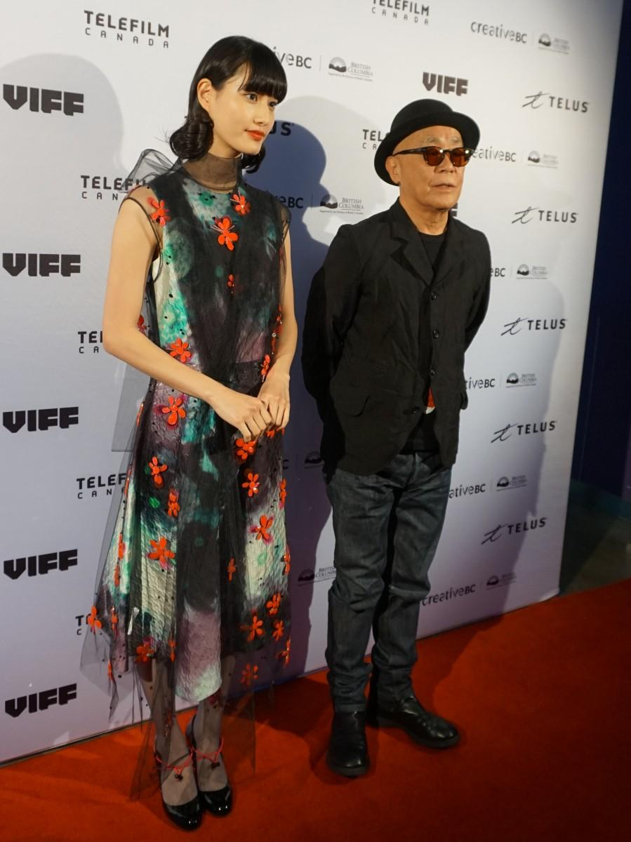 レッドカーペットを歩いた「ここは退屈迎えに来て」主演の橋本愛さんと廣木隆一監督