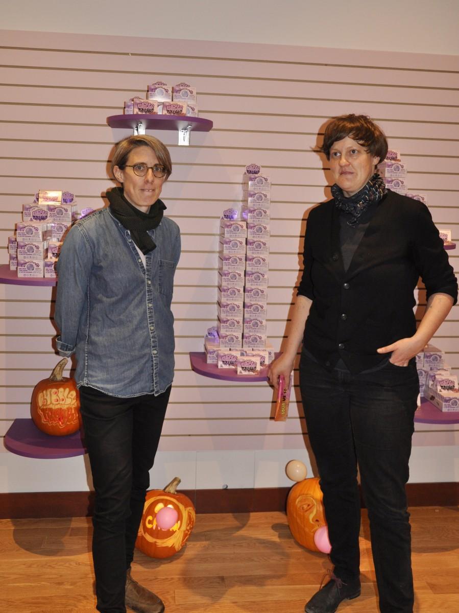 地元小学生たちと共同でチューイングガムを開発したバンクーバー在住のアーティスト、ヘレン・リード(左)さんとハンナ・ジックリング(右)さん